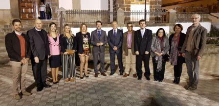 Con el Presidente del Cabildo Insular y el Alcalde de La Victoria (centro), Rosario Álvaerz, Consejera de Cultura, Organero Bartelt Immer y Cura Párroco.